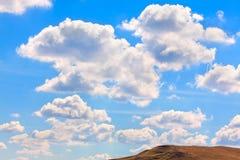 Nuages au-dessus de la colline Photographie stock libre de droits