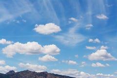 Nuages au-dessus de la colline Image stock