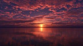 Nuages au-dessus de la mer au coucher du soleil Photo libre de droits