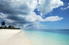 Nuages au-dessus de la plage Photos libres de droits