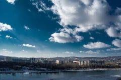 Nuages au-dessus de la rivière et de la ville photographie stock libre de droits