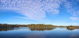 Nuages au-dessus de lac Photo stock