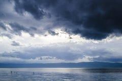 Nuages au-dessus de lac Photos stock