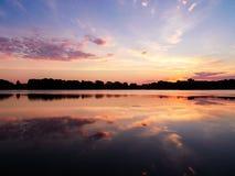 Nuages au-dessus de lever de soleil saint de lac name sur la droite Photo libre de droits