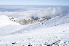 Nuages au-dessus de montagne d'hiver de neige, Bulgarie Image libre de droits
