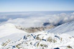 Nuages au-dessus de montagne d'hiver de neige, Bulgarie Images stock
