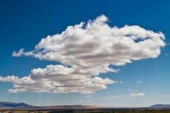 Nuages au-dessus de ville de désert Images stock