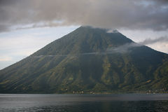 Nuages au-dessus de volcan Image libre de droits