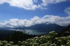 Nuages au-dessus de volcan actif Images libres de droits