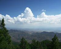 Nuages au-dessus des collines Images stock