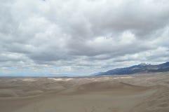 Nuages au-dessus des grandes dunes de sable parc national, le Colorado Image stock