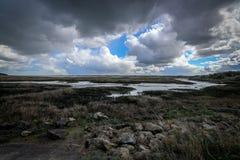 Nuages au-dessus des marais images stock