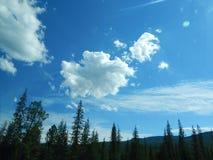 Nuages au-dessus des montagnes à la lumière du soleil photos libres de droits