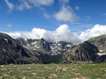 Nuages au-dessus des montagnes Images libres de droits