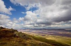 Nuages au-dessus des montagnes d'Ural du sud image stock