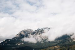 Nuages au-dessus des montagnes dans les Alpes photo stock