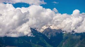 Nuages au-dessus des montagnes de Caucase un jour ensoleillé banque de vidéos