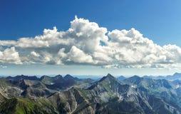Nuages au-dessus des montagnes de la Sibérie Images libres de droits