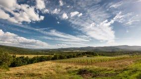 Nuages au-dessus des vinelands de la Toscane banque de vidéos