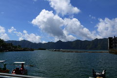 Nuages au-dessus des volcans Image libre de droits