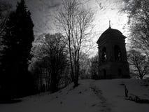 Nuages au-dessus du bâtiment historique dans le cimetière Image stock