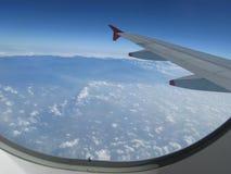 Nuages au-dessus du ciel dans l'avion Photos libres de droits