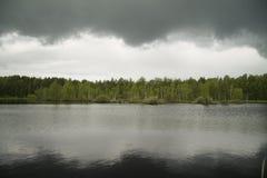 Nuages au-dessus du lac Photographie stock libre de droits