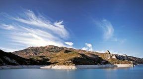 Nuages au-dessus du lac alpestre Images stock
