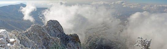 Nuages au-dessus du panorama sept de Sandias Images stock