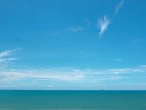 Nuages avec le ciel bleu et la mer Photo libre de droits