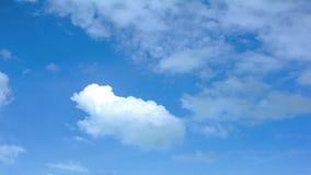 Nuages avec le ciel bleu Mouvement visuel 4K de laps de temps banque de vidéos