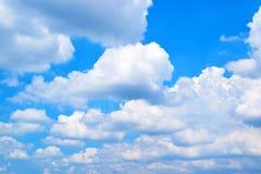 Nuages avec le fond 171018 0142 de ciel bleu Photos stock