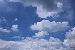 Nuages avec le fond de ciel bleu photos stock
