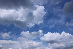 Nuages avec le fond de ciel bleu image libre de droits
