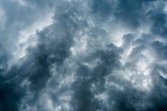 Nuages avec le fond, lumière du soleil par le fond très foncé de nuages des nuages de tempête foncés, fond noir de ciel des nuage Image stock