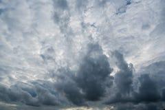 Nuages avec le fond, lumière du soleil par le fond très foncé de nuages des nuages de tempête foncés, fond noir de ciel des nuage Images libres de droits