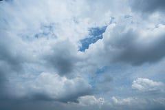 Nuages avec le fond, lumière du soleil par le fond très foncé de nuages des nuages de tempête foncés, fond noir de ciel des nuage Photos libres de droits