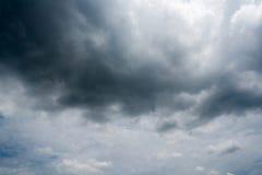 Nuages avec le fond, lumière du soleil par le fond très foncé de nuages des nuages de tempête foncés, fond noir de ciel des nuage Photographie stock libre de droits
