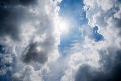 Nuages avec le fond, lumière du soleil par le fond très foncé de nuages du nuage de tempête foncé Photographie stock libre de droits