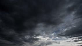 Nuages avec le fond, lumière du soleil par le fond très foncé de nuages du nuage de tempête foncé Image libre de droits