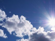 Nuages avec le rayon de soleil photographie stock