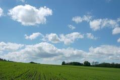 Nuages blancs au ciel bleu Photographie stock