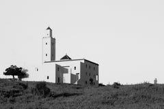 Nuages blancs au-dessus d'un village dans l'atlas Images libres de droits