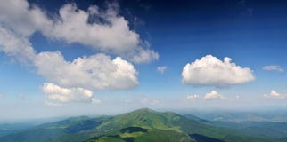 Nuages blancs au-dessus de crête de Petros Images stock