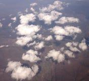 Nuages blancs au-dessus de terre Images stock