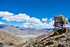Nuages blancs au-dessus des chaînes de montagne Images stock