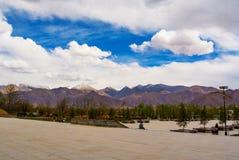 Nuages blancs au-dessus des chaînes de montagne Photographie stock libre de droits