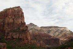 Nuages blancs au-dessus des montagnes, Zion National Park, St George, UT Photographie stock