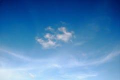 Nuages blancs avec le ciel bleu photos libres de droits