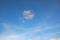 Nuages blancs avec le ciel bleu images stock